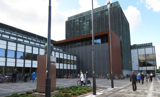 Turun kaupunginteatteri toteutti sateenkaarisuojatien, joka myöhemmin määrättiin poistettavaksi.