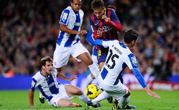 Neymar pysähtyi Espanyolin puolustusmuuriin.