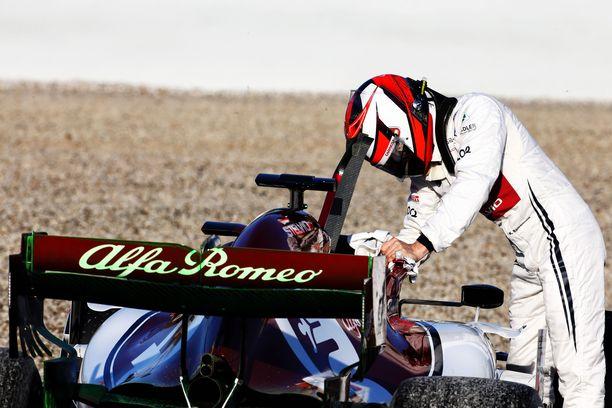 Kimi Räikkösen pieni spinnaus toi punaisen lipun Katalonian moottoriradalle.