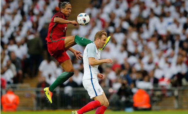 Portugalin Bruno Alves kolhii Englannin Harry Kanea.