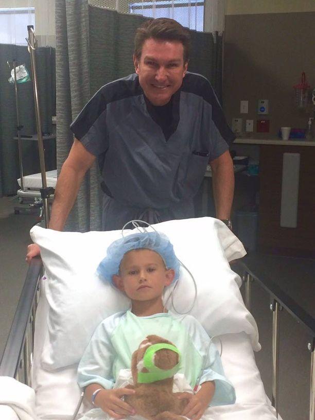 Gage Berger menossa korvat korjaavaan kauneusleikkaukseen viime kuussa. Takana hymyilee kirurgi Steven Mobley.
