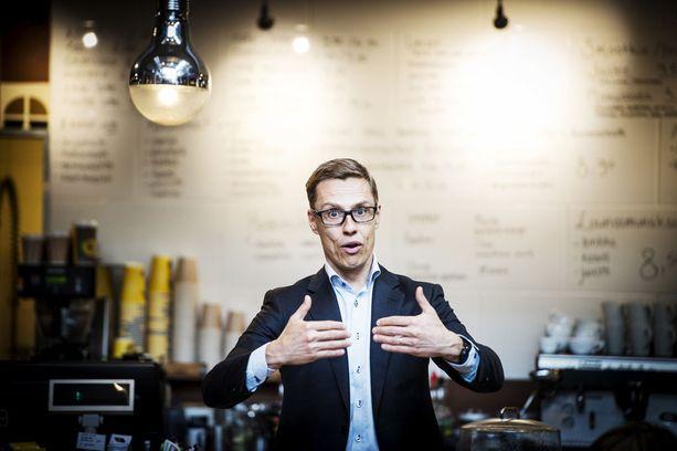 """Alexander Stubb (kok) hävisi puoluejohtajavaalin Petteri Orpolle (kok) kesäkuussa 2016. Stubb ilmoitti keskittyvänsä """"täysillä"""" kansanedustajan työhön - ensimmäistä kertaa elämässään."""