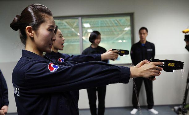 Korean Airin matkustamohenkilökuntaa on alettu kouluttamaan lamaannuttimien käyttöön.