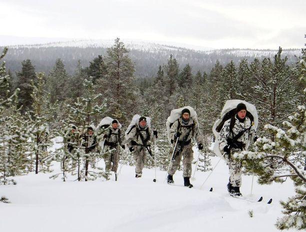 Rajavartiolaitos kouluttaa vuosittain pienen määrän varusmiehiä kriisinajan tehtäviinsä. Arkistokuvassa vuodelta 2014 Ivalon rajajääkärikomppanian varusmiehet ovat perinteisellä, lähes 100 kilometrin valamarssilla.
