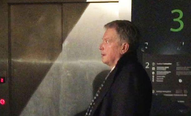 Sauli Niinistöllä oli kiire hissiin.