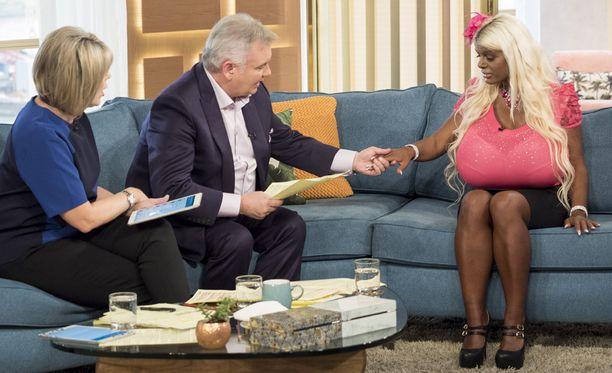 Ruth Langsford (vas.) ja Eamonn Holmes haastattelivat Martina Bigiä ITV:n aamuohjelmassa.