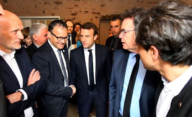 Presidenttiehdokas Emmanuel Macron (kuvassa keskellä) vaalityössä.