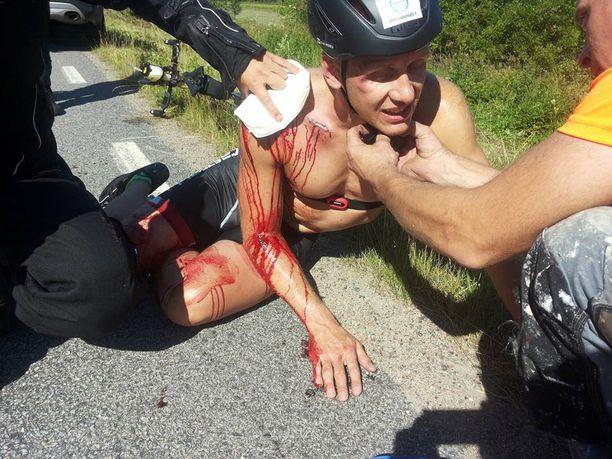 Treenikaveri Mikko ehti väistää autoa, mutta Roni loukkaantui törmätessään auton takaikkunaan. Hänet vietiin ambulanssilla Suomen puolelle hoitoon.