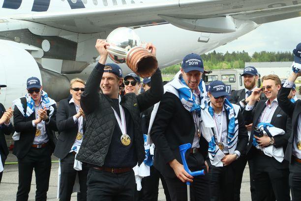 Eetu Laurikainen pääsi nostamaan mestaruuspokaalia.