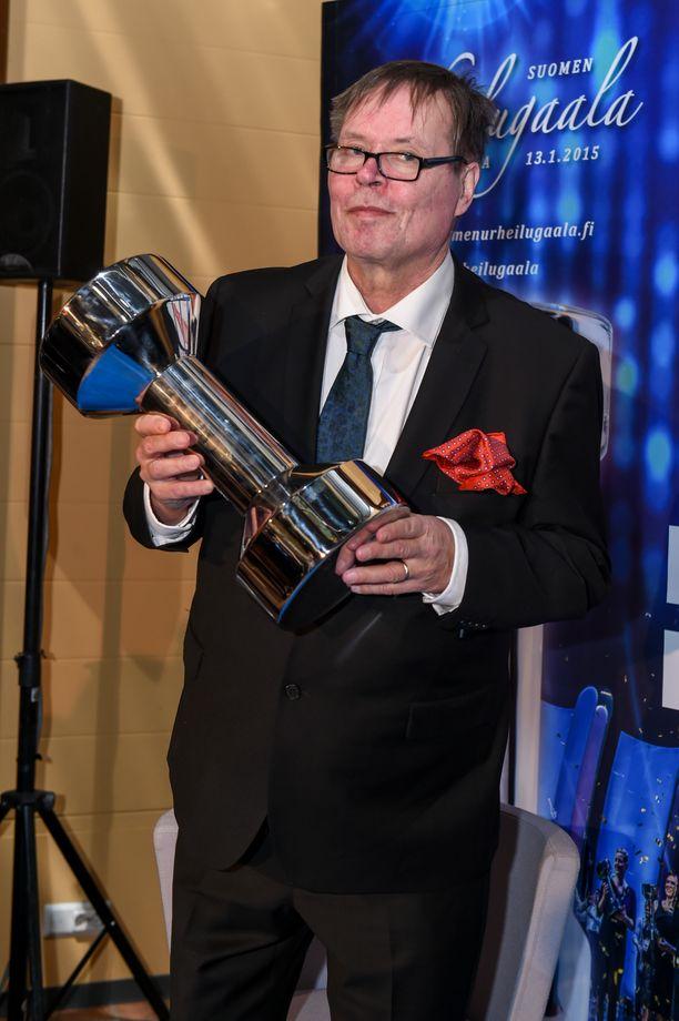 Helsingin Sanomien entinen urheilutoimittaja Jarmo Färdig palkittiin ansiokkaasta journalismistaan Urheilugaalassa vuonna 2015.
