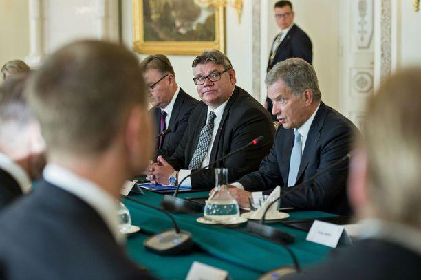 Ulkoministeri Timo Soini ja presidentti Sauli Niinistö Norjan kuninkaallisten valtiovierailun keskusteluissa syyskuussa 2016.