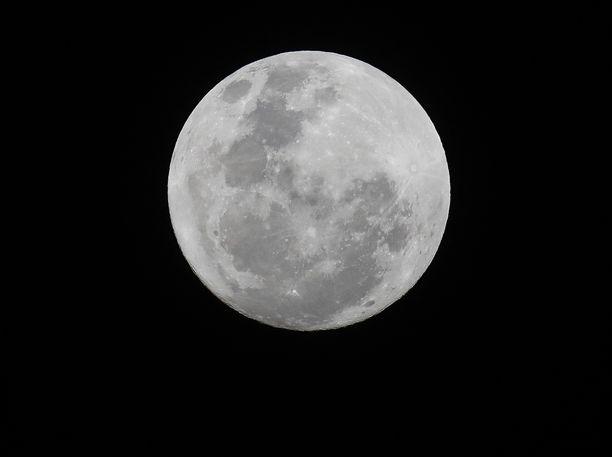 Kuussa näkyy hiusmurtumia kutistumisen seurauksena.