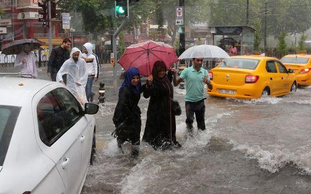Sateenvarjo ei suojannut jalankulkijoiden jalkoja kastumiselta.