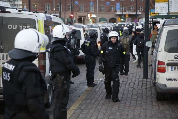 Poliisi varautui joukonhallintatehtäviin viime itsenäisyyspäivänä Helsingissä.