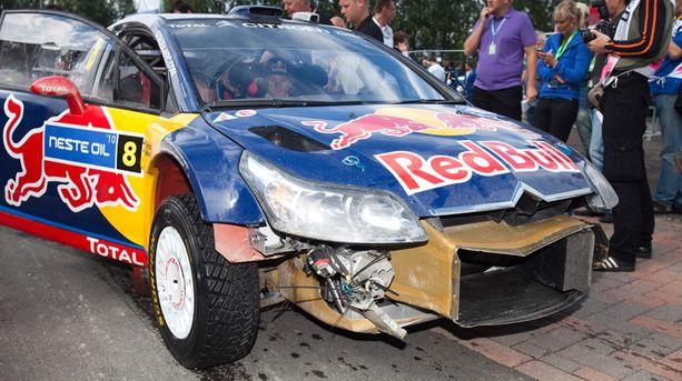 KOLHITTU Kimi Räikkösen auto kärsi pahoja vaurioita päivän ensimmäisellä erikoiskokeella