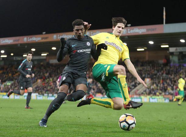 Chelsean Dujon Sterling (vas.) ja Norwichin Timm Klose joutuvat uusimaan Englannin cupin kolmannen kierroksen ottelun tänään.