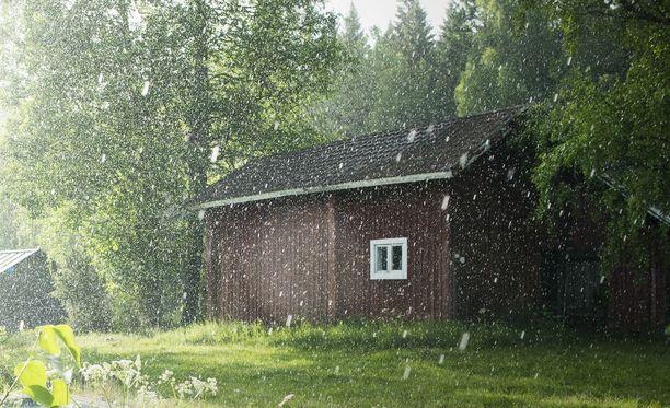 Juhannussaunoja saa varautua viilentävään vesisateeseen. Arkistokuva.
