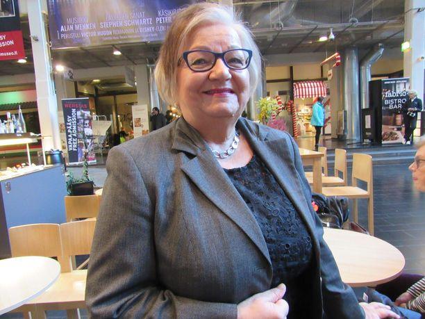 Keskustan kunnallissihteeri Raija Moilanen varoittaa varkaista, jotka ovelasti ujuttavat itsensä vaalitilaisuuksiin, joissa on paljon ikäihmisiä sopalla ja kahvilla.