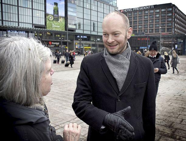 Kulttuuri- ja urheiluministeri Sampo Terho (sin) kävi Helsingin kaupunginvaltuuston kokouksessa ilmoittamassa palauttavansa keskiviikon ylimääräisen kokouksen palkkion.