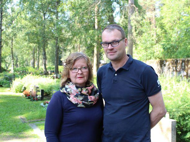 Anne ja Tage Åsvik saapuivat kunnioittamaan mäkisankaria Alavetelistä.