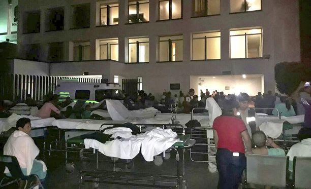 Sairaalan potilaat evakuoitiin ulos maanjäristyksen iskiessä Villahermosassa.