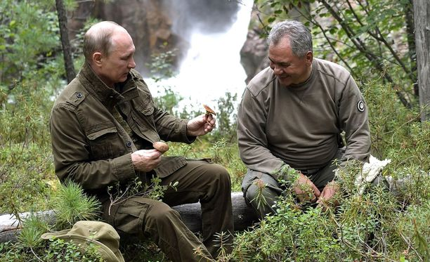 Putin esittelee metsäsientä puolustusministeri Sergei Šoigulle Siperiassa.