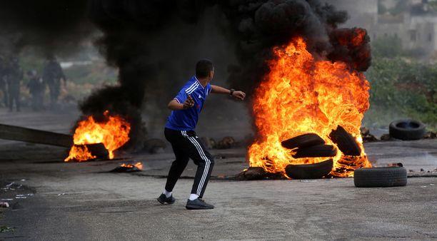 Palestiinalaismielenosoittajat polttivat autonrenkaita, heittivät kiviä ja polttopulloja Israelin joukkoja kohti Gazan ja Israelin rajalla.