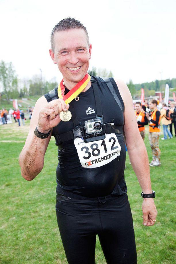 Kansanedustaja Tom Packalén juoksi 16 kilometriä keuhkoputkentulehduksesta huolimatta. - Kyllä keuhkoissa välillä tuskaiselta tuntui ja sykemittari paukkui huippulukemissa, hän myönsi maalissa.