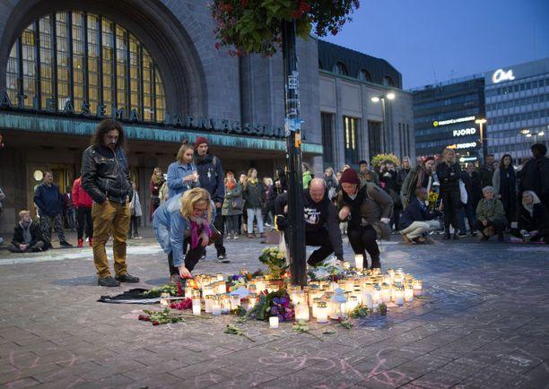 Helsingin rautatieaseman läheisyyteen Asema-aukiolle kokoontui syyskuussa kymmeniä ihmisiä kunnioittamaan kuolleen muistoa.