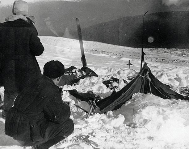 Teltat oli revitty auki sisäpuolelta ja retkikunnan jäsenet olivat rynnänneet tuntemattomasta syystä pakkaseen vähissä vaatteissa. Jotkut olivat kiivenneet puuhun.