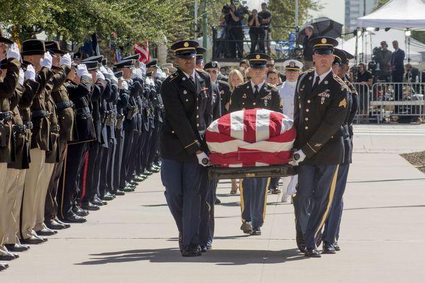 Arizonan kansalliskaarti kantoi McCainin arkun osavaltion parlamenttiin kunniavartiossa. Senaattorin perhe seurasi perässä.