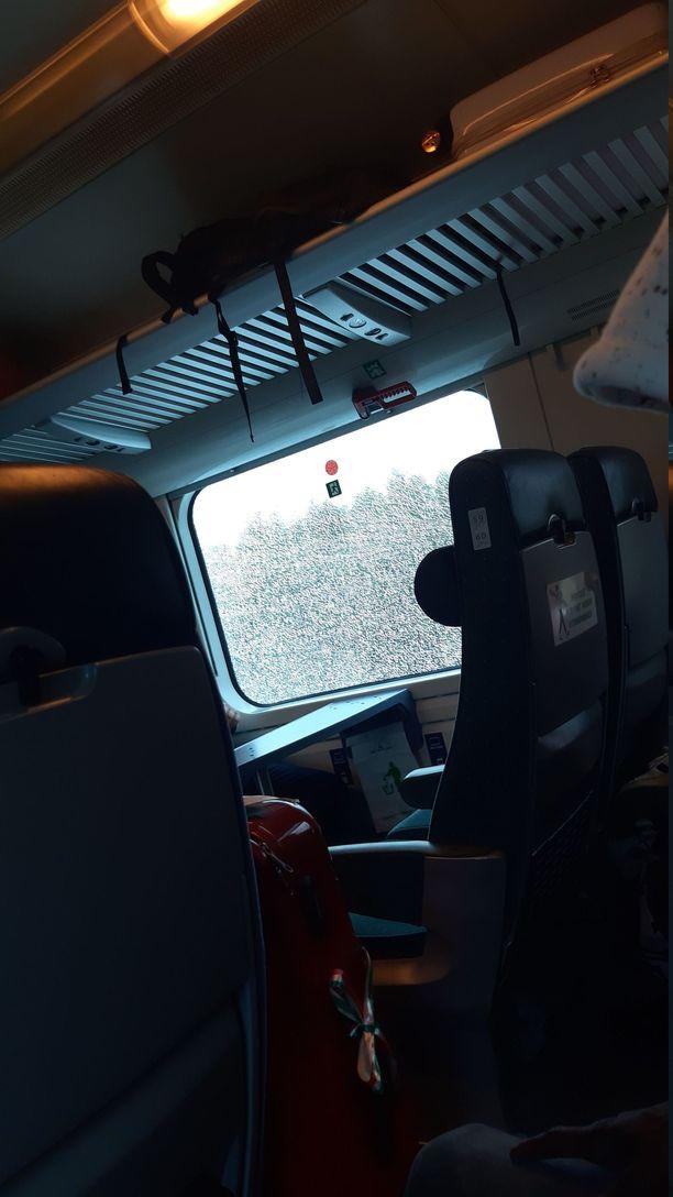 Junan ikkuna meni säröille Helsingin ja Tampereen välillä.
