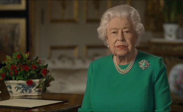 Kuningatar Elisabet aloitti historiallisen puheensa kiittämällä Iso-Britannian terveydenhuollon parissa työskenteleviä.