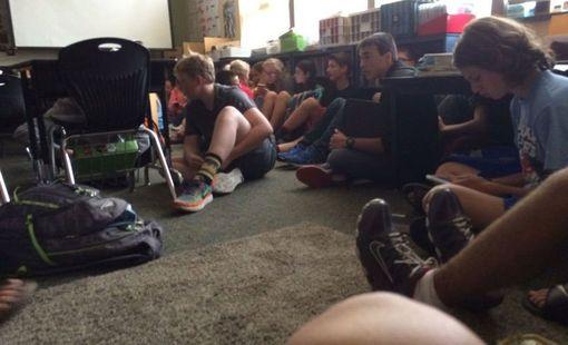Oppilaat odottivat luokkahuoneessa, jonne heidät oli evakuoitu.
