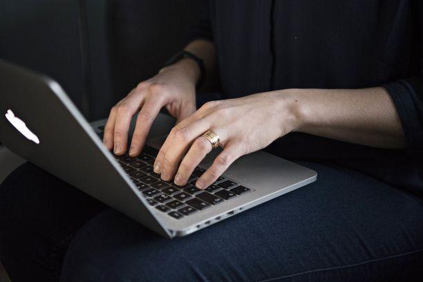 Microsoft-huijauksessa uhri houkutellaan lataamaan tietokoneelleen etähallintaohjelmisto.