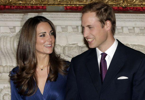Prinssin ja herttuatar Catherinen kihlautumisesta kerrottiin marraskuussa 2010. Tulloin prinssin päälaki ei vielä näkynyt tukan alta.
