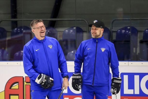 Jukka Jalosta (vas.) nauratti apuvalmentaja Mikko Mannerin tarinointi tai ajatus lähdöstä yöhön MM-kullan vuosipäivän kunniaksi.