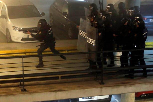 Poliisi ja mielenosoittajat ovat ottaneet yhteen kentällä.