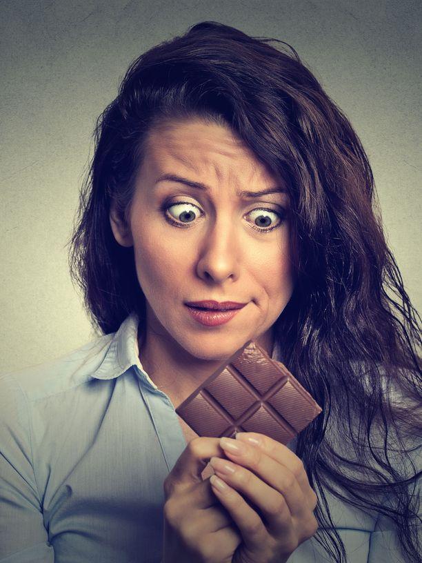 Tummaa suklaata pitäisi syödä päivässä paljon, jotta sen kaakaosta saataisiin terveyshyötyä. Ja sitten sitä olisikin jo syöty liikaa, koska suklaassa on niin paljon kaloreita.