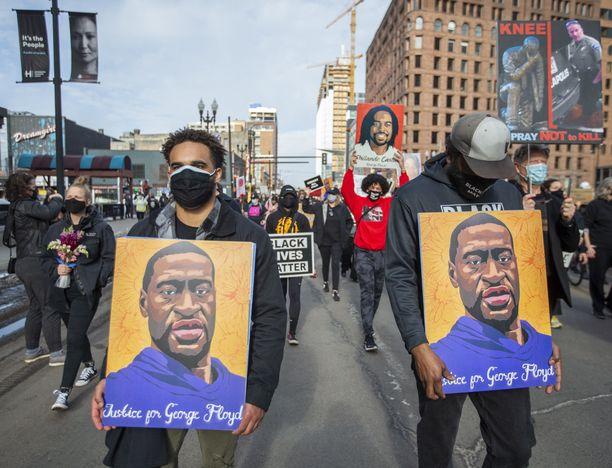 George Floydille vaadittiin oikeutta Minneapolisin kaduilla maaliskuun alussa, kun oikeudenkäynnin valamiesten valitseminen alkoi.