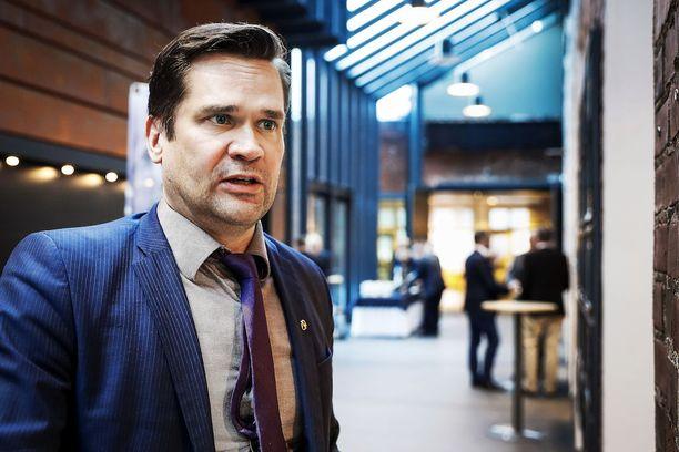 Ulkopoliittisen instituutin ohjelmajohtaja Mika Aaltola pitää diilipolitiikkaa ongelmallisena pienten maiden kannalta.