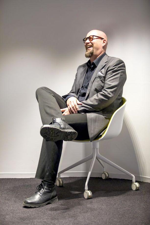 Juha Vuorinen täyttää tänään 50 vuotta. Kirjailija on tunnettu hyväntekijä. Hän on muun muassa tehnyt yhteistyötä ensi-ja turvakotien kanssa. Nyt kirjailija on huolissaan nuorten miesten lukuharrastuksen hiipumisesta.
