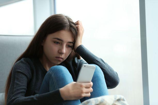 Nuoret seuraavat uutisia itsenäisesti, mutta kaipaisivat aikuisen tukea huolien ja pelkojen suhteuttamiseen.