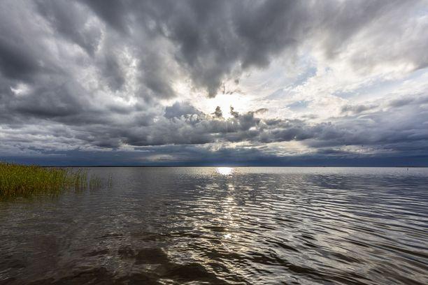 Viikonlopun sää alkaa etelässä pilvisenä ja mahdollisesti sateisena.
