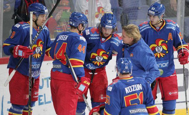 Philip Larsen autettiin jäältä toisen erän alussa.