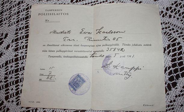 Eeva Wissin arkistoista löytyy hauska dokumentti, joka kertoo poliisin myöntäneen hänelle vuonna 1941 luvan pyöräilyyn hänen hankittuaan uuden kulkupelin.