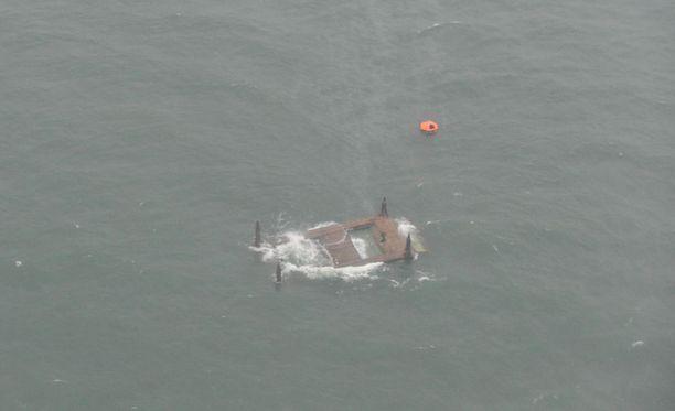 Tutkimusporalautta Esko kaatui kovassa merenkäynnissä nurin ja jäi kiinni pohjaan.