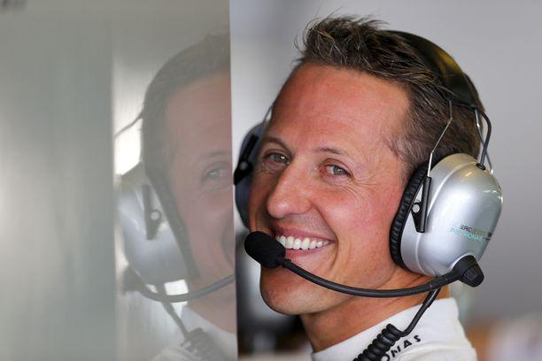 Michael Schumacher kuljetettiin kaikessa hiljaisuudessa Pariisiin, kertoo ranskalaislehti.