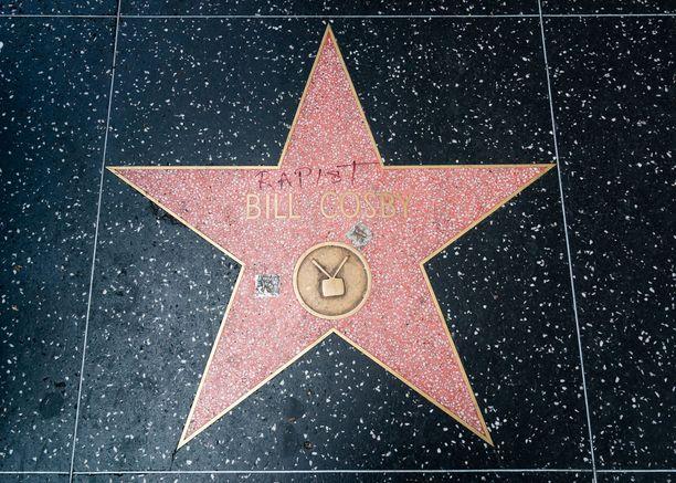 """Cosbyn tähti, johon vandaali on kirjoittanut punaisella tussilla """"raiskaaja"""""""