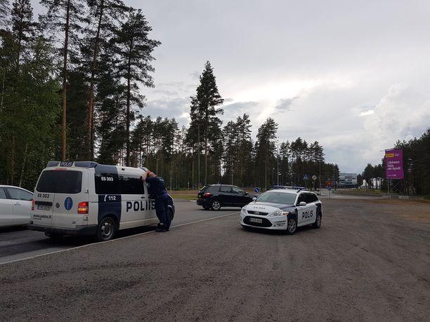 Karhun havaintopaikalle hälytettiin poliisit ja virka-apua riistanhoitoyhdistyksestä.